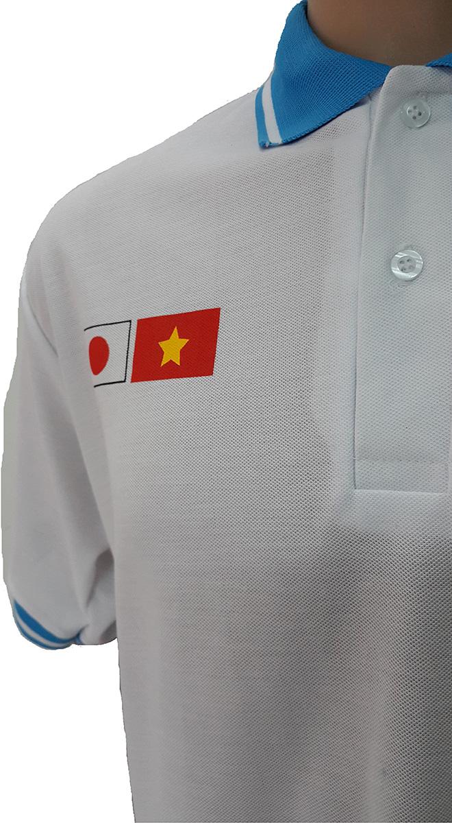 Áo đồng phục xuất khẩu lao động Tracimexco thiết kế bằng thun cá sấu PE co giãn 2 chiều màu trắng tinh, thiết kế áo cổ trụ tay bo mày xanh ya, áo in lụa. - hình 2
