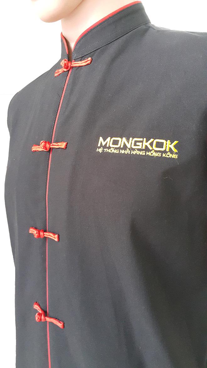 Hình ảnh logo và thiết kế phần nút của chiếc áo bếp.