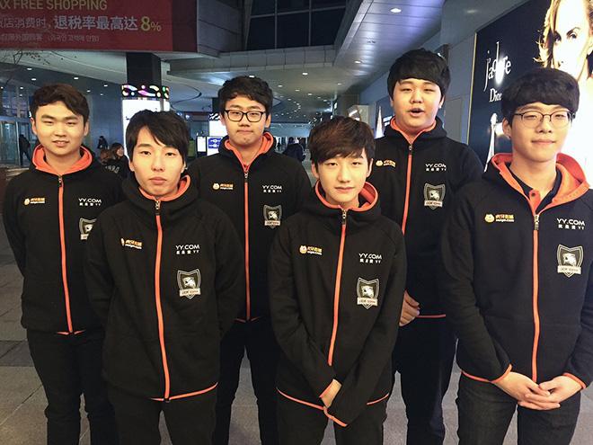 Áo khoác đồng phục thi đấu của Rox Tigers tại sân bay trên đường tới CKTG 2016