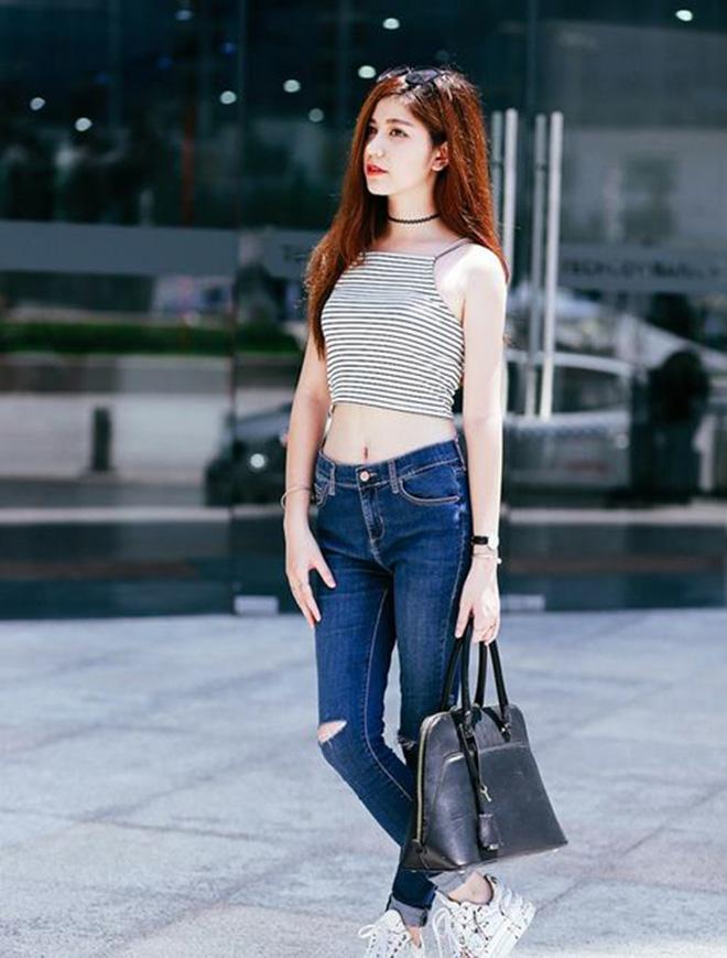 Áo croptop kiểu dáng yếm với các đường kẻ sọc ngang kết hợp cùng jean rách mang đến cho bạn phong cách khỏe khắn và bụi bặm 1 chút.