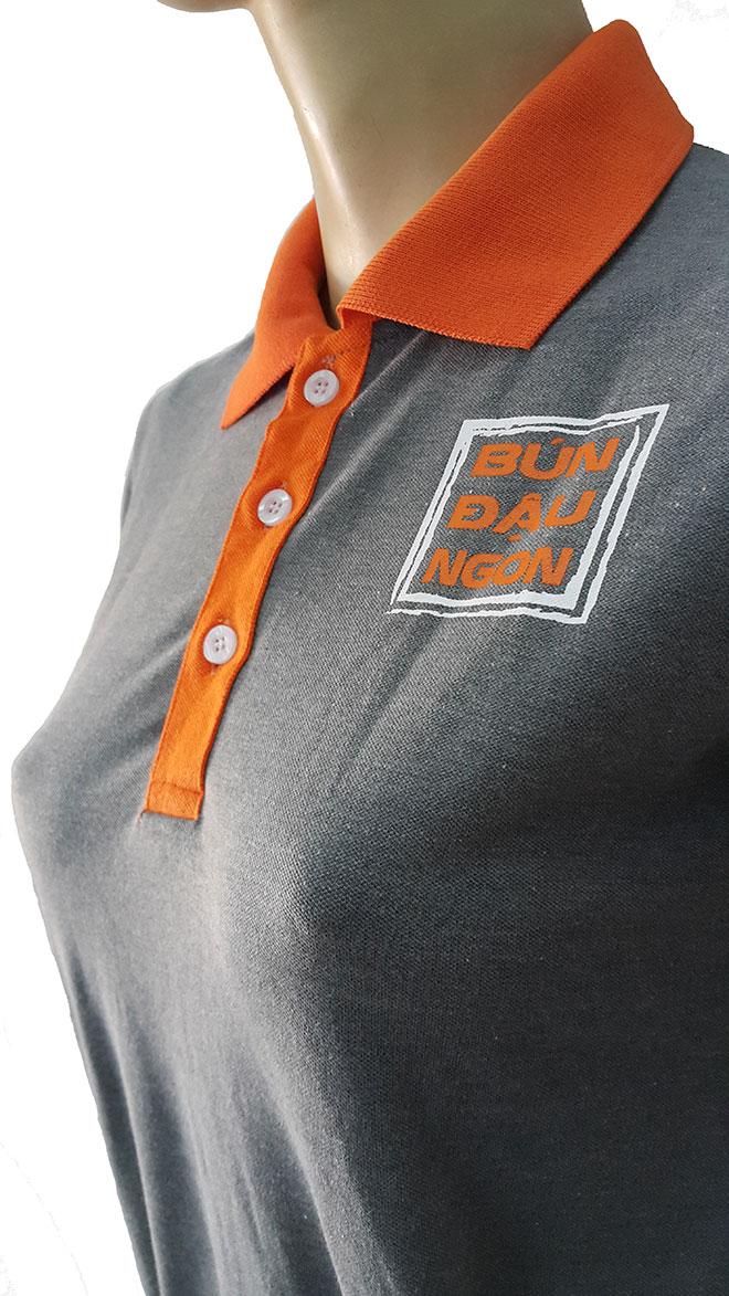Phần cổ áo và logo quán được in kéo lụa vị trí ngực trái.