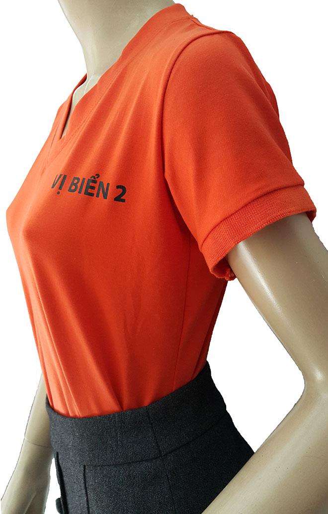 Phần thiết kế cổ áo và tên quán ăn Vị Biển được in kéo lụa ở ngực trái.