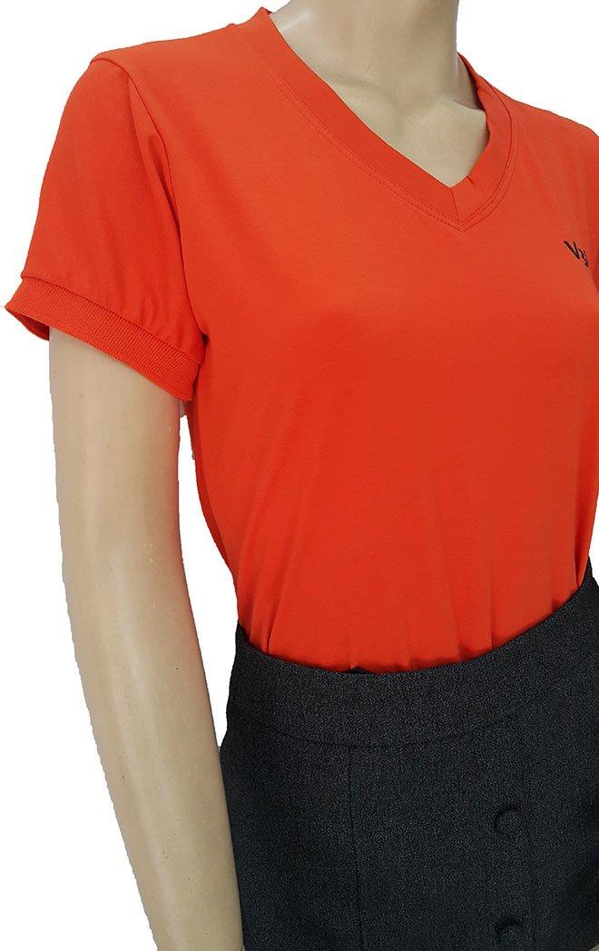 Phần tay áo được may bo màu cam cùng màu với áo.