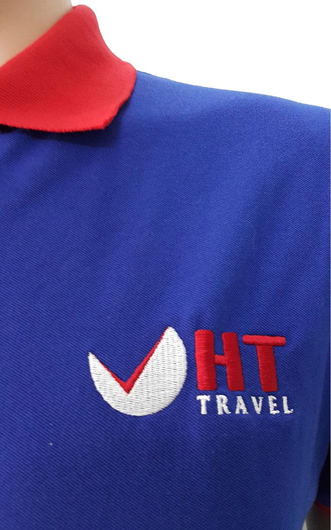 Góc nhìn kỹ hơn về hình ảnh logo được thêu lên áo thun đồng phục công ty du lịch HT Travel.