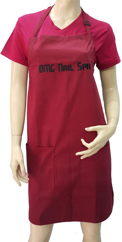 Mặt trước của đồng phục OMG Nails Spa mẫu đỏ đô cổ tim.