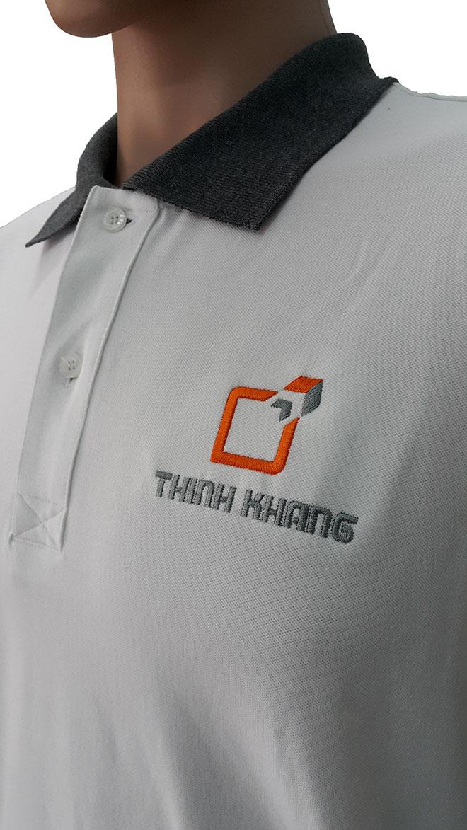 Hình ảnh logo và thiết kế phần cổ của áo thun đồng phục Thịnh Khang.
