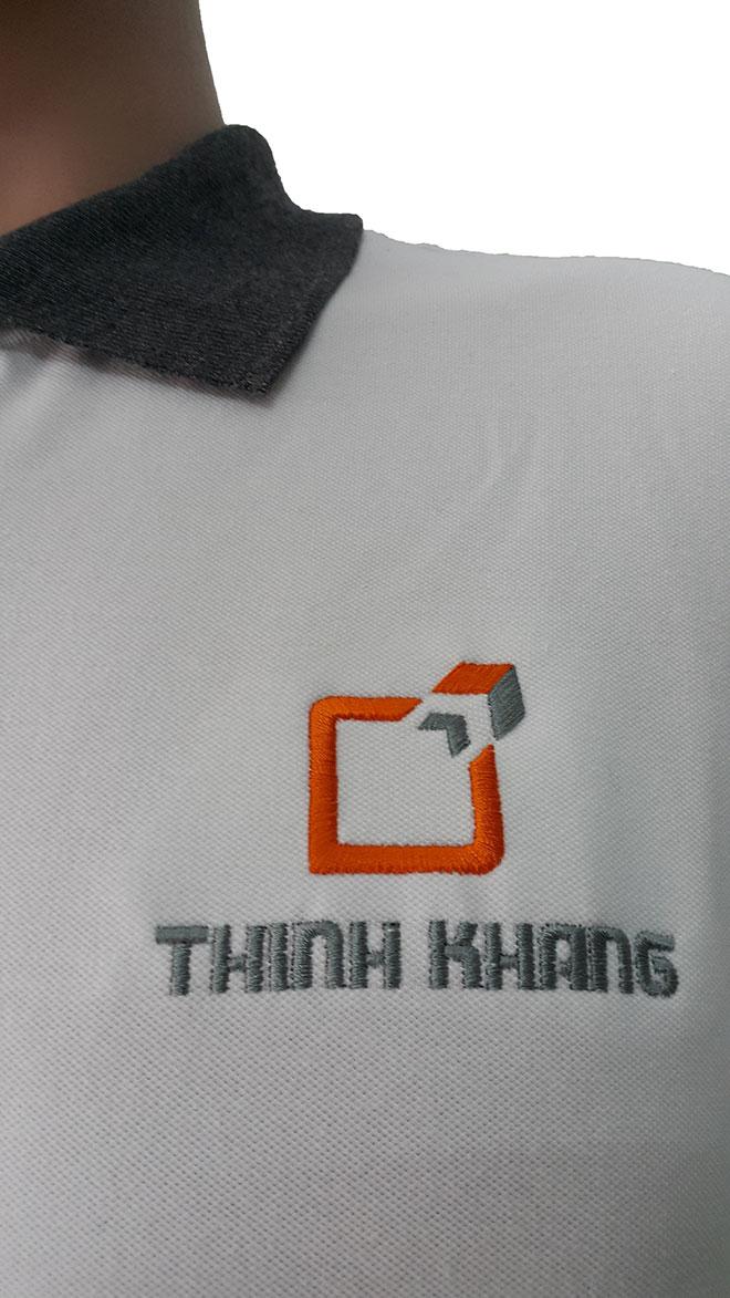 Chi tiết hình ảnh logo Thịnh Khang được thêu vi tính lên áo.