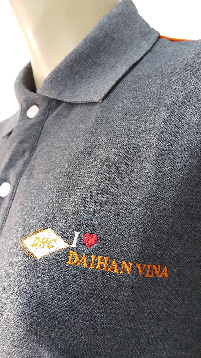 Hình ảnh logo ngực trái và phần cổ trụ của áo đồng phục.