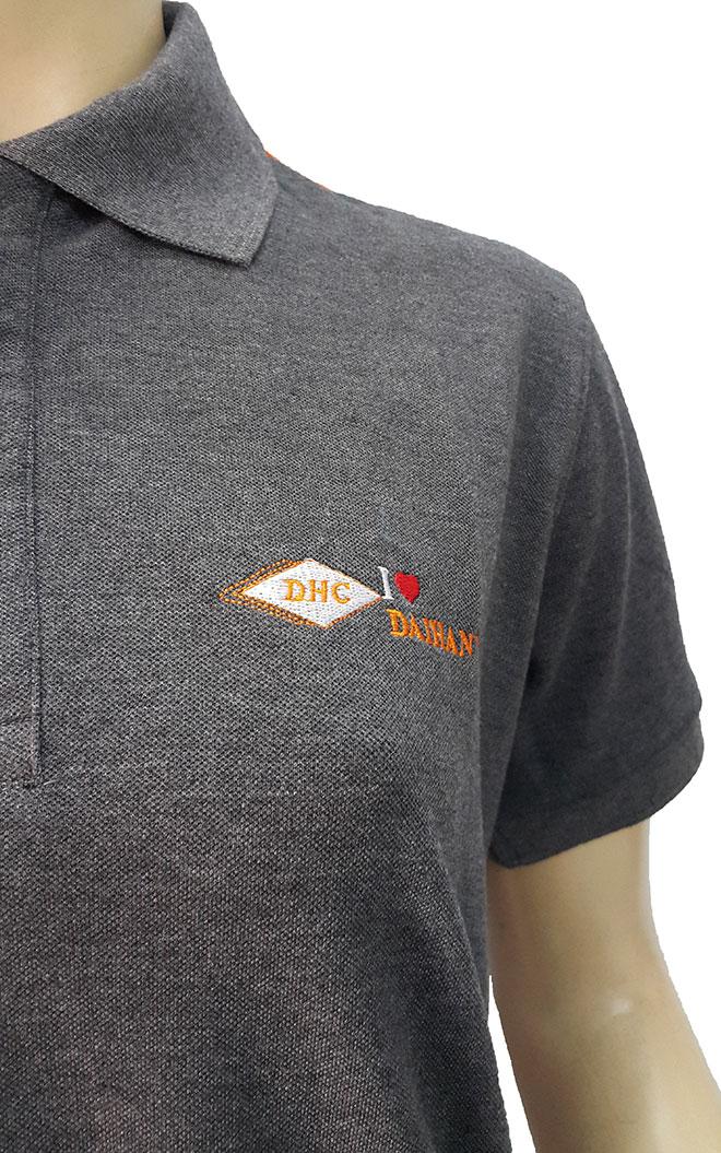 Ảnh logo Đại Hàn Vina ở ngực trái và chi tiết kế cổ áo cùng bo tay..