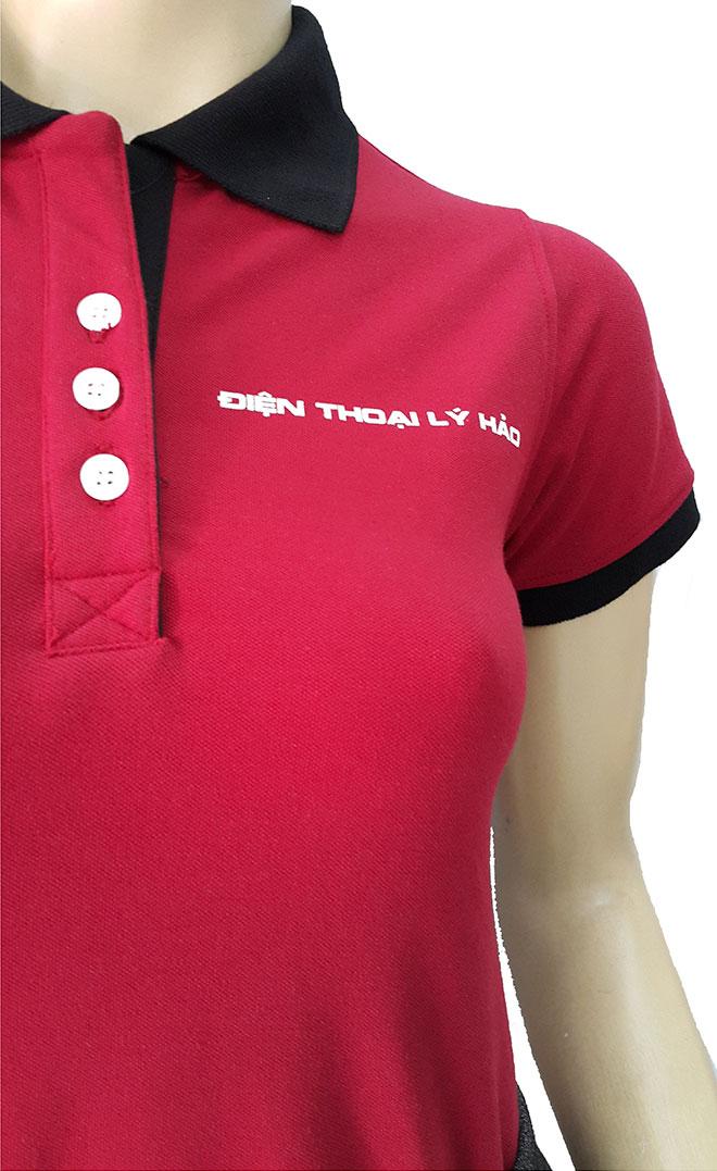 Phần cổ áo và tên cửa tiệm Lý Hảo in ở ngực trái.