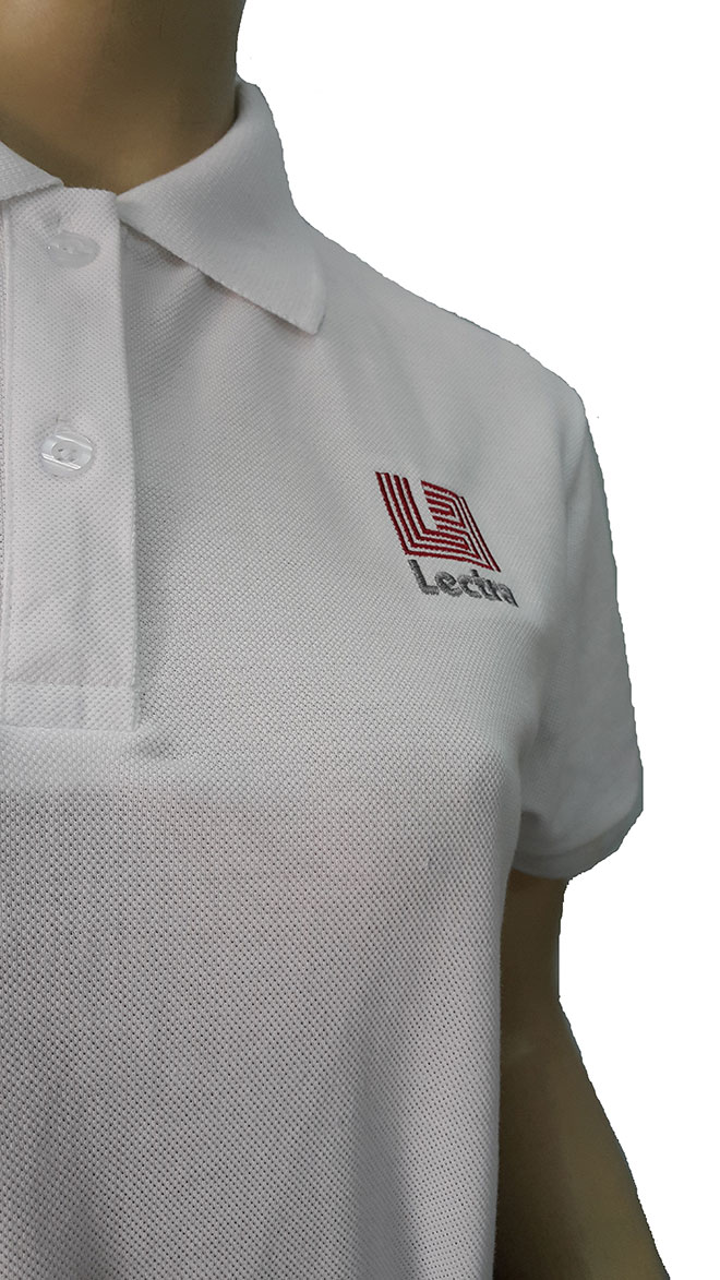 Logo được thêu vi tính tại vị trí ngực trái của áo.