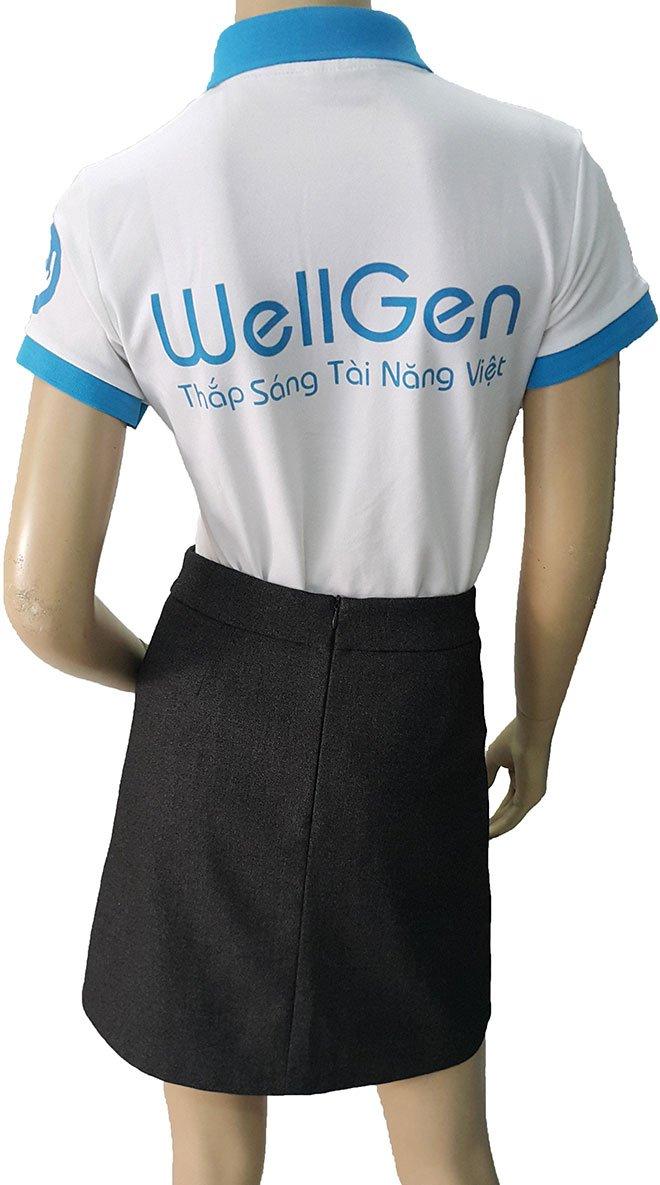 Tên công ty cùng dòng sologan được in nổi bật ở phía sau của áo.