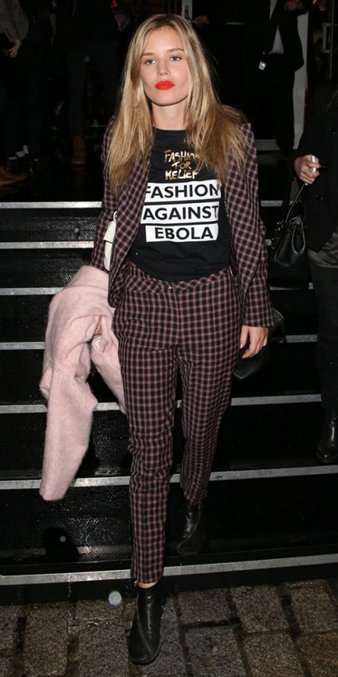 Bạn có thể kết hợp áo với bộ suit kẻ ô như thế này.
