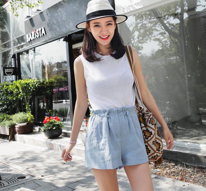 Phong cách trẻ trung của quần đũi kết hợp với sự thoảng mái, thoáng mát của áo thun chất liệu vải xô mỏng. Cách mix này giúp bạn tha hồ dạo phố mua sắm, ăn uống ngay cả những lúc thời tiết nắng nóng .