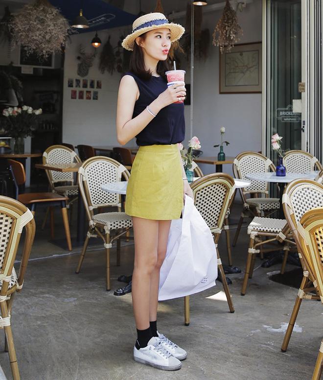 Bạn chãy chọn những chiếc váy hoặc quần có màu sắc tươi sáng để tăng sự trẻ trung khi phối với áo thun đen