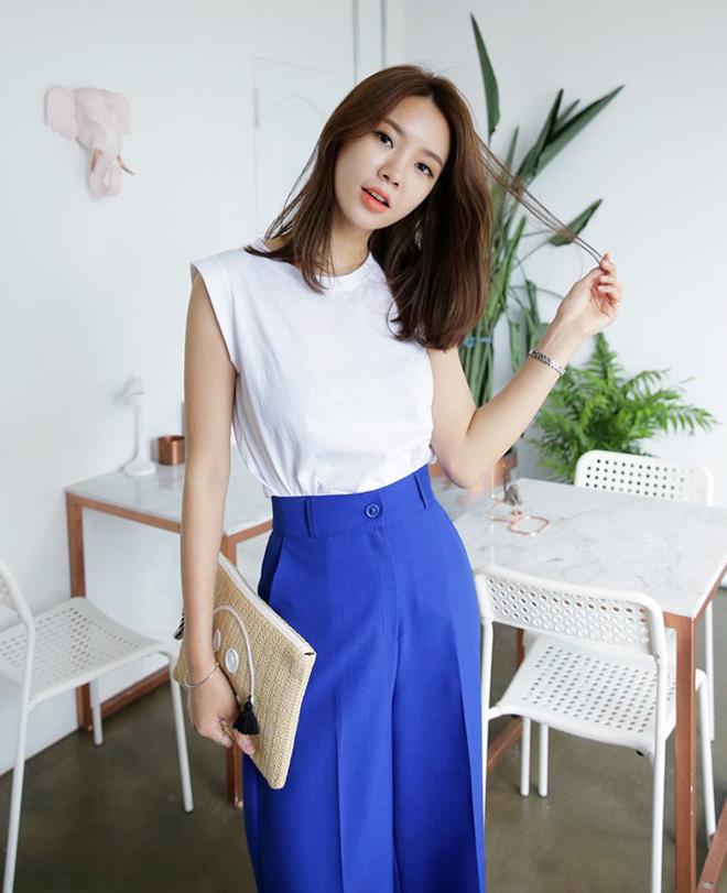 Áo thun trắng vẫn là sự lựa chọn hàng đầu vì dễ dàng phối với các kiểu quần và váy có màu sắc da dạng.
