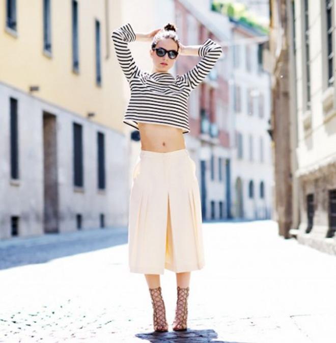 Nếu ưa thích sự thoải mái và trẻ trung. Bạn có thể phối áo thun kẻ sọc cùng quần culotte để được điều đó!