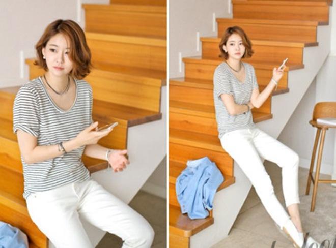Phối đơn giản với áo thun kẻ sọc cùng quần kaki jean là bạn đã có một set độ thật sành điệu khi đi làm rồi đấy!