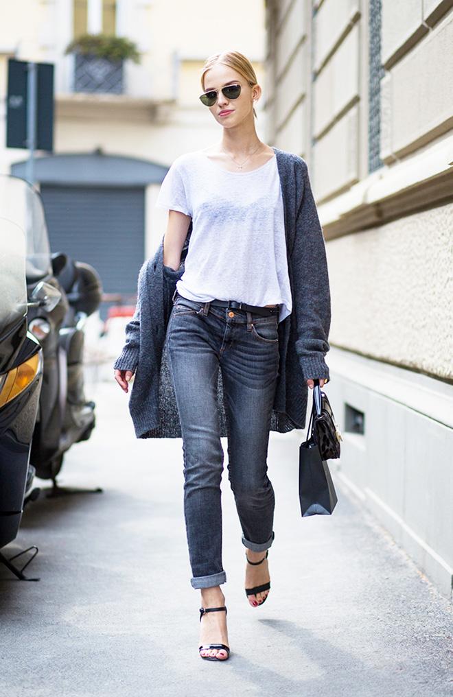 Tư tin dưới nắng với áo thun trắng phối cùng quần jean và áo khoác len