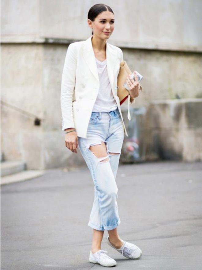 Sành điều, cá tính và bụi một chút với áo thun trắng phối cùng jean rách và khoác thêm vest.