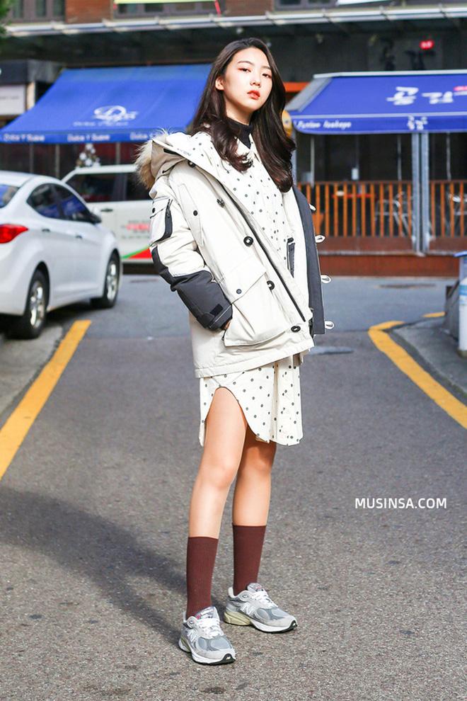 Cách phối áo khoác vừa đẹp vừa ấm áp của giới trẻ trên thế giới - hình 5 - zeeuni.com