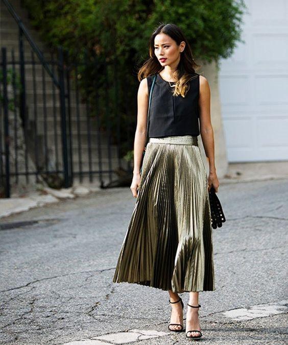 Chân váy xếp pli metallic năm nay rất được ưa thích.