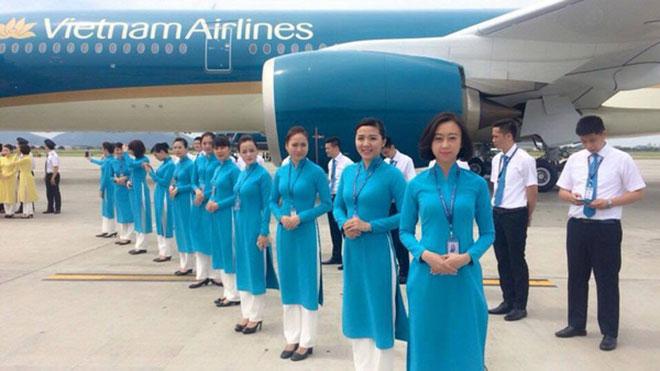 Mẫu áo dài xanh biên của tiếp viên mặt đất có màu trùng với màu đại diện của Vietnam Airline.