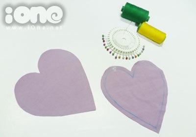Gập hai mặt vải lại với nhau để hình trái tim cắt ra được cân xứng.