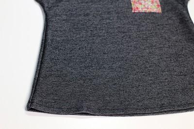 Gấp mép thân áo lên 1 cm và may lại.