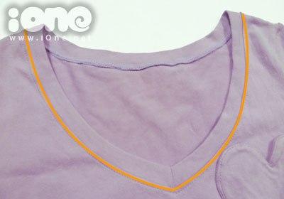Giữ điểm giữa của áo trong quá trình may áo thun cổ tim.