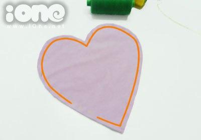 Chừa ra 3 cm để lộn mặt vải của trái tim lại.