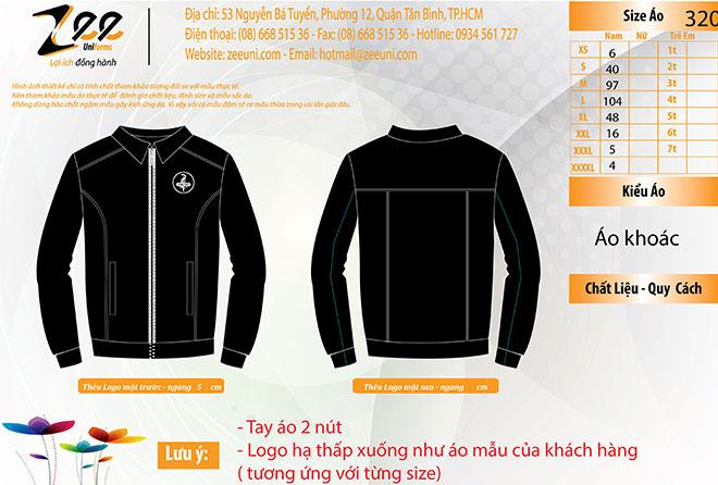 Market thiết kế đồng phục áo khoác của United trên máy vi tính.