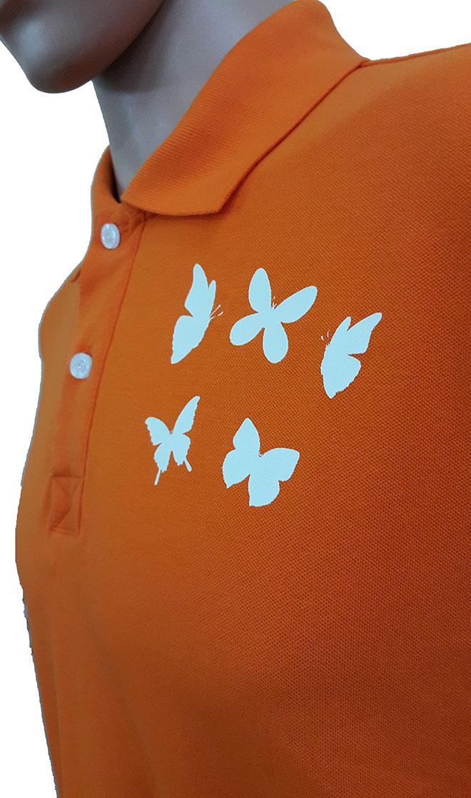 Hình ảnh in kéo lụa những chú bướm in ở ngực trái.