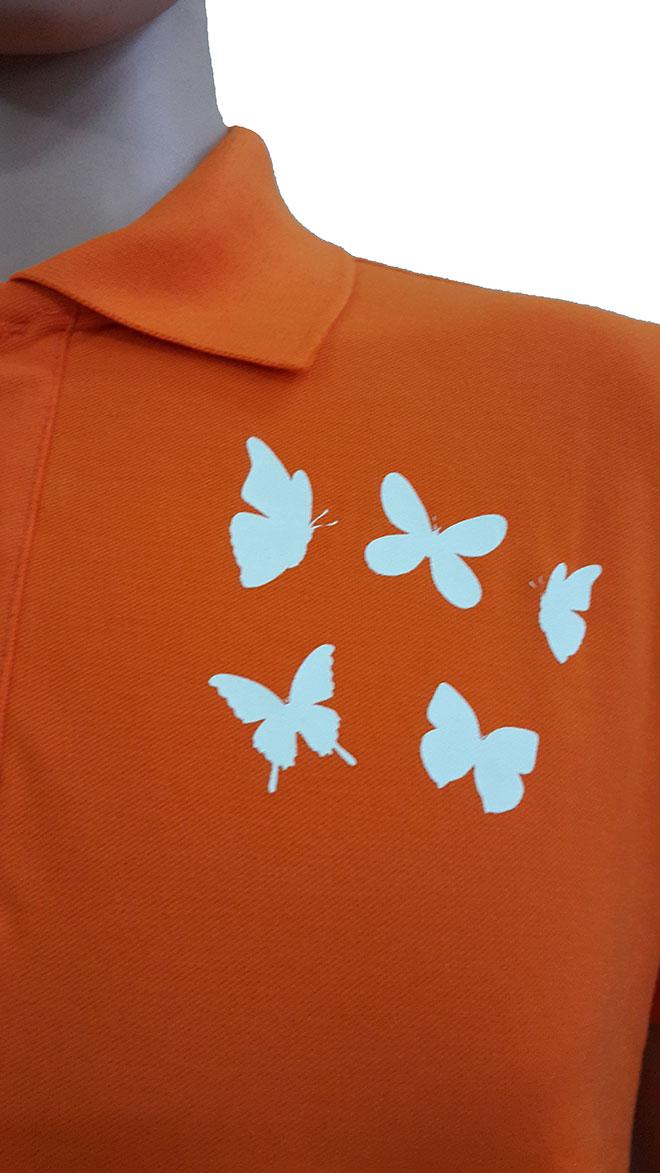 Chi tiết phần cổ áo và hình in ở ngực và vai trái.