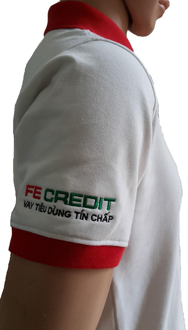 Phần bo tay màu đỏ và hình thêu ở tay phải của FE CREADIT.