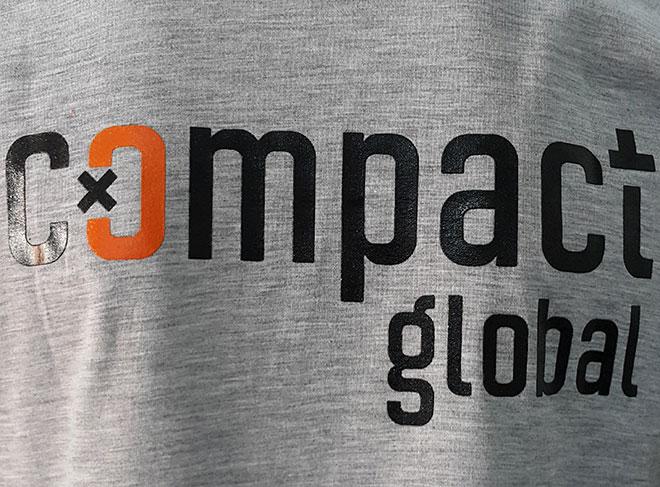 Chi tiết in kéo lụa lên áo Compact Global.