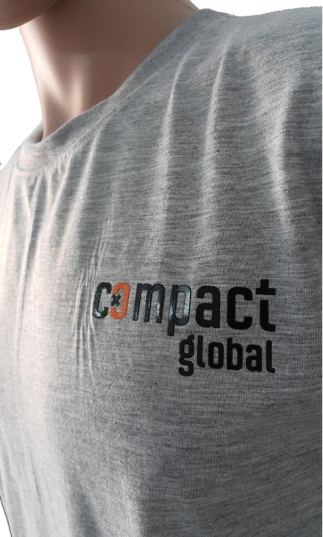 Hình ảnh cổ áo và logo in ở ngực trái của áo thun đồng phục Compact Global.