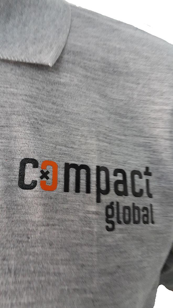 Chi tiết in kéo lụa lên áo Compact Global cổ trụ.