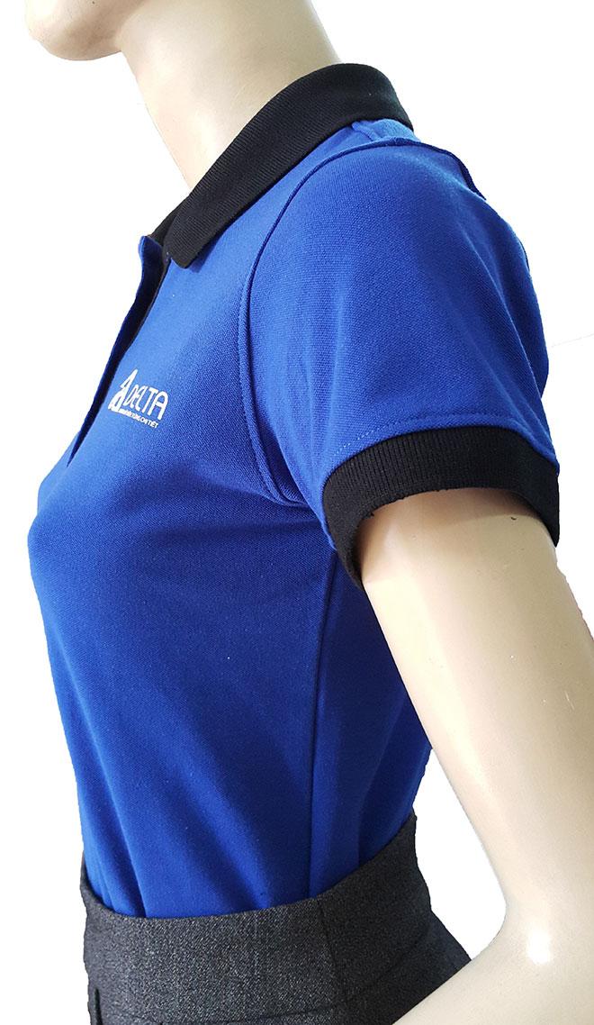 Mặt nghiêng của áo thun với các chi tiết may bo tay va bo cổ màu đen của áo thun Delta.