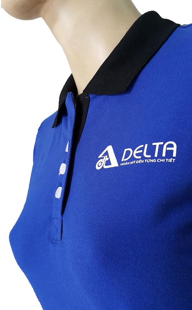 Hình ảnh logo thêu ngực trái và chi tiết nẹp cổ của áo thun Delta.