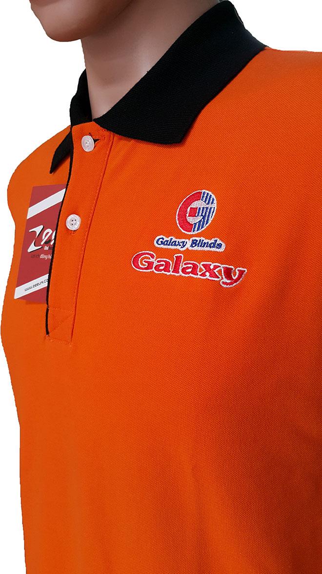 Hình ảnh logo và chi tiết may nẹp cổ của áo thun Galaxy Blinds Group.