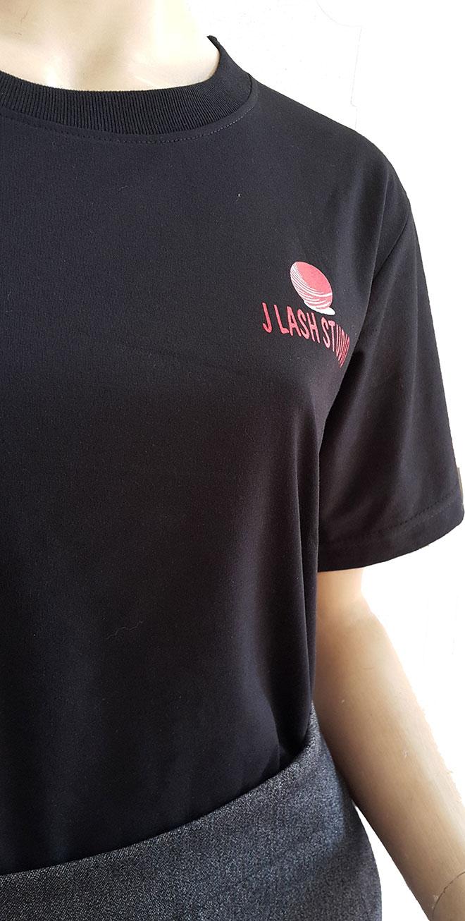 Chi tiết phần cổ áo cùng hình ảnh logo in kéo lụa ở ngực trái.
