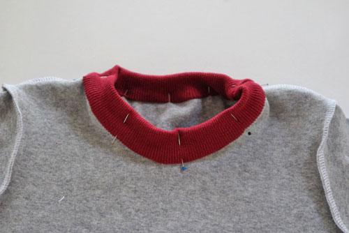Cuối cùng, bạn ráp phần cổ áo còn lại vào bên trong của áo thun.