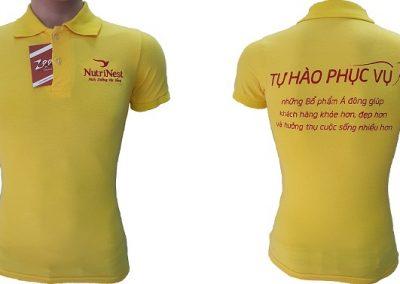 Áo thun đồng phục công sở của Nutri Nest thiết kế vải cá sấu 65 màu vàng cúc, áo cổ trụ tay bo, in lụa vị trí ngực trái và thông tin ở sau lưng áo.