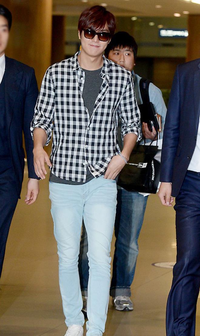 Phối áo thun và áo khoác sơ mi giúp Lee Min Ho ghi điểm cho thời trang sân bay