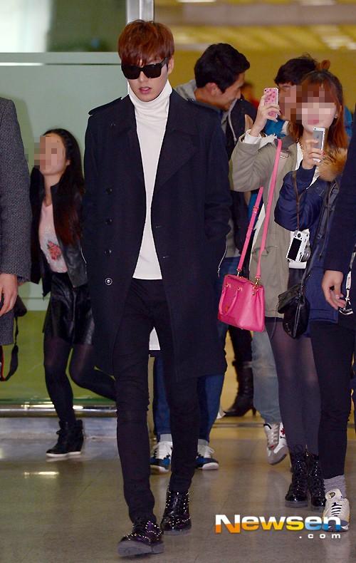 Phong cách thời trang thu đông của Lee Min Ho luôn đi kèm với áo thun - hình 1