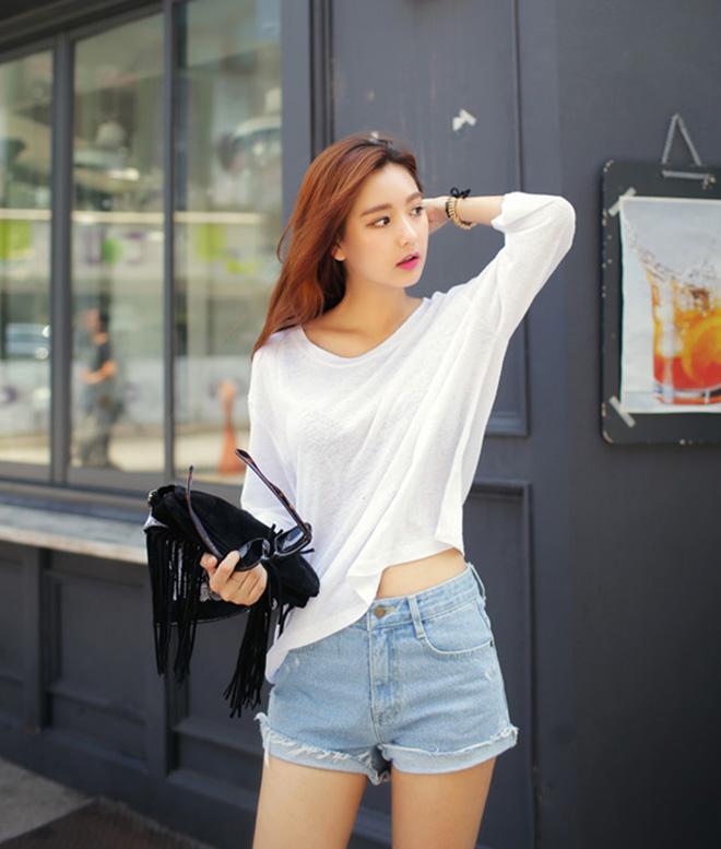 Phối áo thun trắng với 9 bước đơn giản