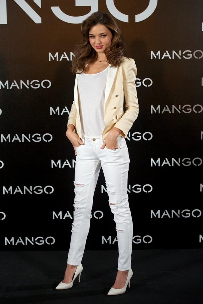 Phối quần jean với áo thun trắng - hình 11 - zeeuni.com