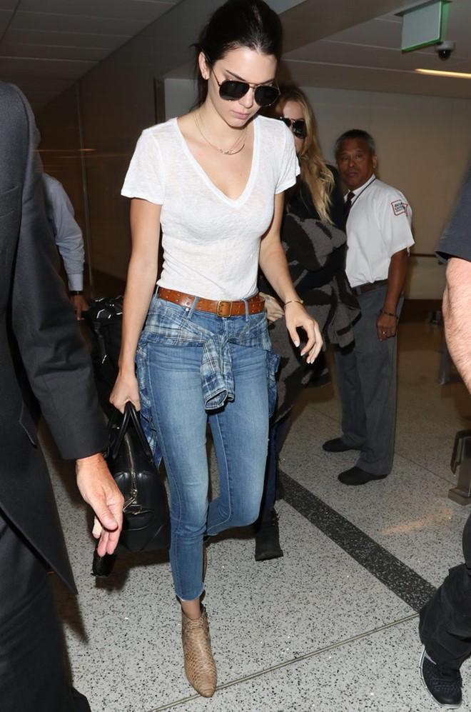 Phối quần jean với áo thun trắng - hình 10 - zeeuni.com