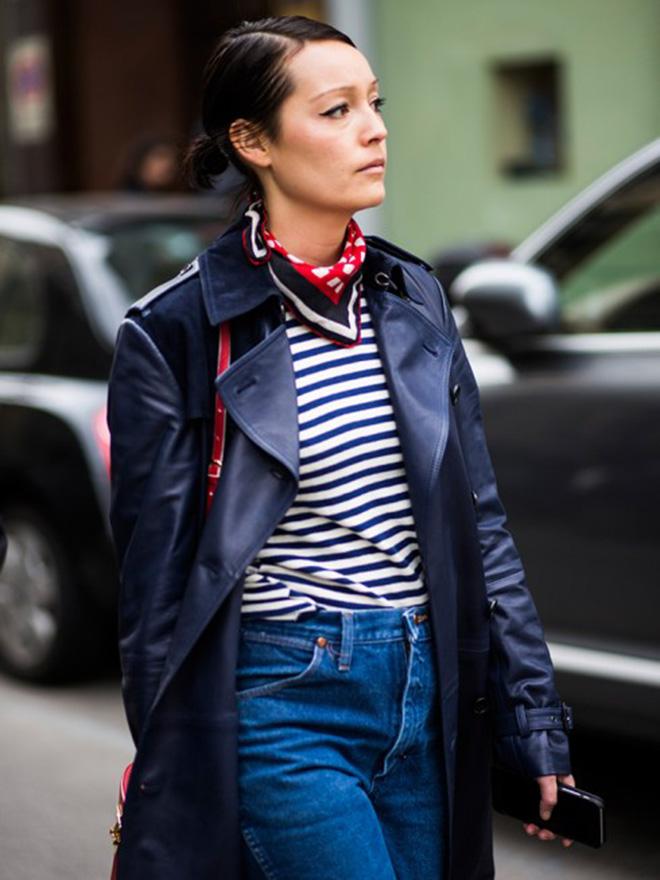 Phong cách bụi với áo thun kẻ sọc ngang cùng áo khoác da và quần jean.